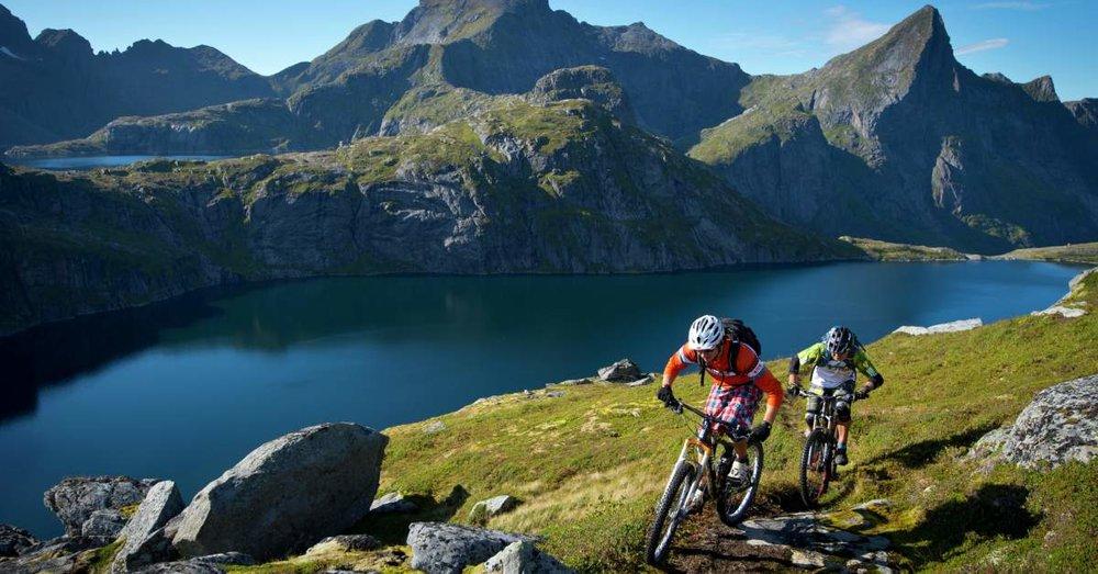 Mountainbiken in Lofoten bedeutet traumhafte Trails über den Fjorden. Bild von  visitnorway.de