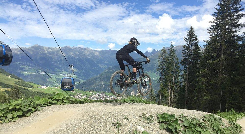 Jump into the new Bikepark Season like…. wie Anna (Bikmo Marketing) hier in Serfaus Fiss Ladis!