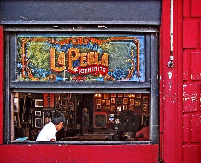 La Perla de Caminito es un bar histórico de #BuenosAires ubicado en el barrio de #LaBoca que funciona desde 1882. Considerado un #SitioDeInteresCutural en 2016, todavía conserva las mesas y sillas originales y su intacta fama por sus empanadas.  @eduardoequis nos regala esta linda vista del exterior.  Quédate en Casa Campus y recorré Buenos Aires.  #coliving #argentina #buenosaires #livelovelearn #thinkcoliving #recomendation #historic #bar