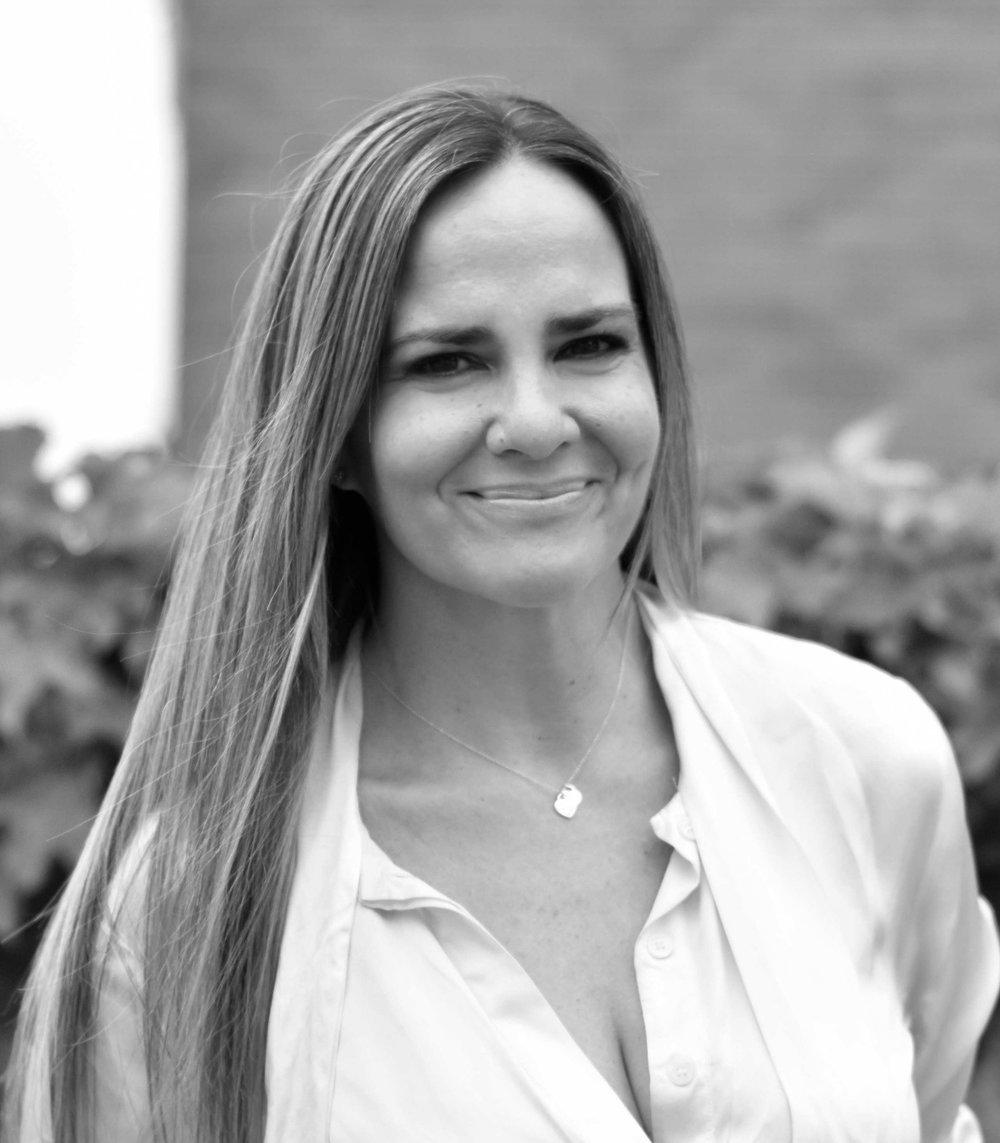 Laura Matta |  CMO    Laura coordina los esfuerzos de Marketing & Comunicación para todas las unidades de negocios de Casa Campus (Investments, Realty & Stays). Es especialista en comunicación estratégica y posicionamiento y tiene una sólida experiencia en las industrias hotelera y de bienes raíces. Fue Gerente de Prensa y Comunicación del Alvear Palace Hotel en Argentina, Directora de Comunicación y Asuntos Públicos para Starwood Hotels & Resorts en México y Directora de Marketing y Comercialización para Sotheby´s International Realty y el El Desafío en Patagonia Argentina. Es mamá de Olivia y amante del spinning. También la pueden conocer como Pallet Girl, ya que, en su tiempo libre, Laura disfruta de la posibilidad de trabajar en piezas de madera proveniente de pallets. Su campus favorito es el de Georgetown por su entorno maravilloso y su cercanía a una gran ciudad.  Educación: Universidad Argentina de la Empresa (UADE), Lic. en Relaciones Públicas. Beca Rotary Club International Exchange Program, Syracuse NY, USA