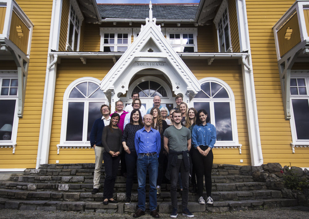PHOTO WITH A VIEW: Researchers in front of Solstrand Hotel earlier this fall. (PHOTO: Siri Flatlandsmo)