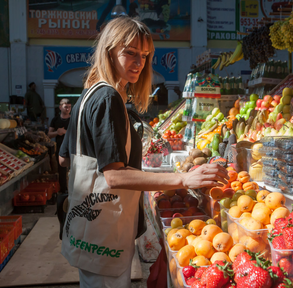 Bea even makes sure that she only buys fruit without the small branded stickers on them | Photo by Igor Podgorny