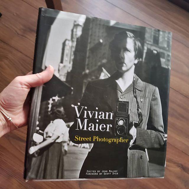 """Libro recomendado de hoy: """"Vivian Maier, Street Photographer"""". Vivian Maier fue una fotógrafa aficionada estadounidense cuya obra fue reconocida luego de su mkuerte. Nunca publicó su trabajo en vida. Trabajó como niñera y murió en soledad. En 2007 su archivo de negativos fue encontrado en una subasta, cuando revelaron las fotos no podían creer ante la obra que se encontraban. Hiy es un referente mubdial. Si quieres aprender más sobre ella puedes buscar el documental """"Finding Vivian Maier"""". Y tú ¿haces fotos de calle?  Cuéntanos abajo en los comentarios 👇👇👇👇 #camaradictos #streetphotography #fotourbana #fotodecalle"""