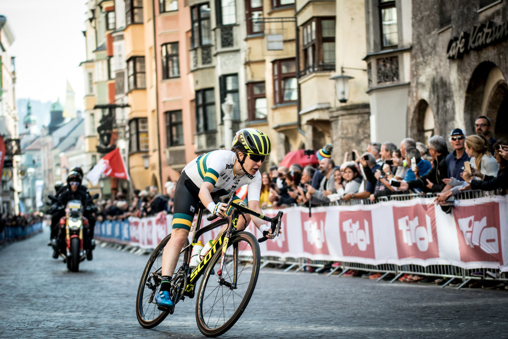 An incredible ride from Amanda Spratt landed her the silver medal in the elite women's road race.