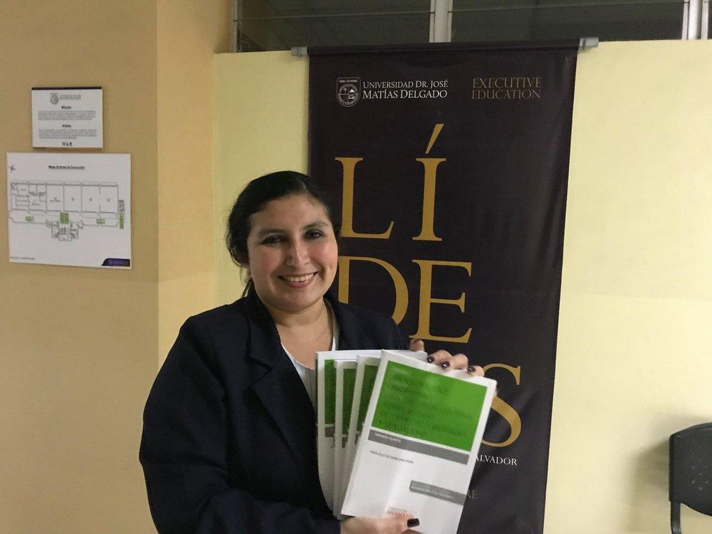 Personal administrativo de la Universidad Matías Delgado, recibe el donativo de libros para formar a estudiantes