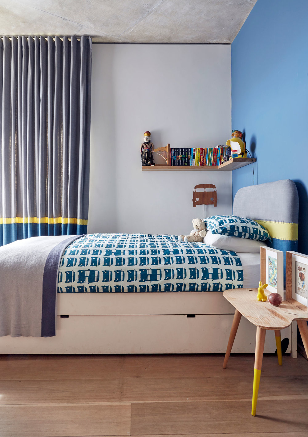 Matt and Victoria‮!&‬s son Jonty‮!&‬s bedroom carries the raw materiality evident in the wood and concrete throughout the rest of the house‭, ‬and brightens it with muted primary colours‭.‬