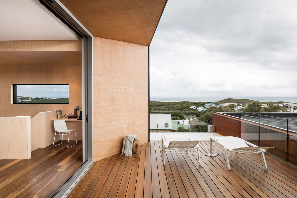 Gnarabup, in the Margaret River region of Western Australia, architect Matt Delroy-Carr helped his parents helped his parents turn their dream house into reality: a sleek and stylish family beach home, which perfectly balances bold, contemporary design with classic mid century-inspired details.