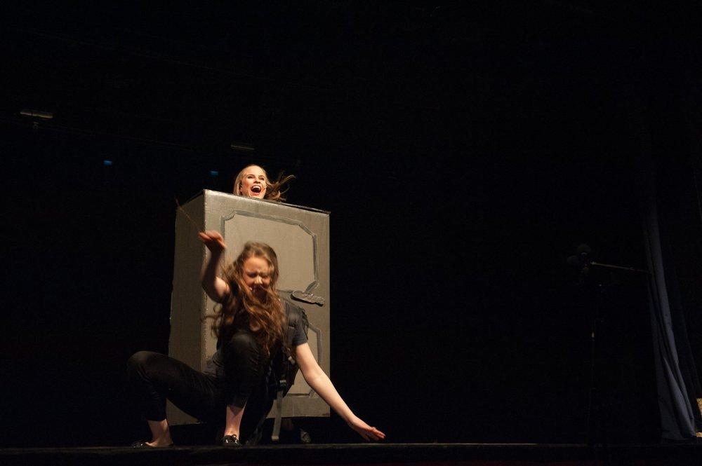 Scenearbeiderne  - Underveis i forestillingene skal rekvisitter av og på scenen. Scenearbeiderne tar del i revymagien og stemningen rundt show og regjerer scenen når lyset er slått av.