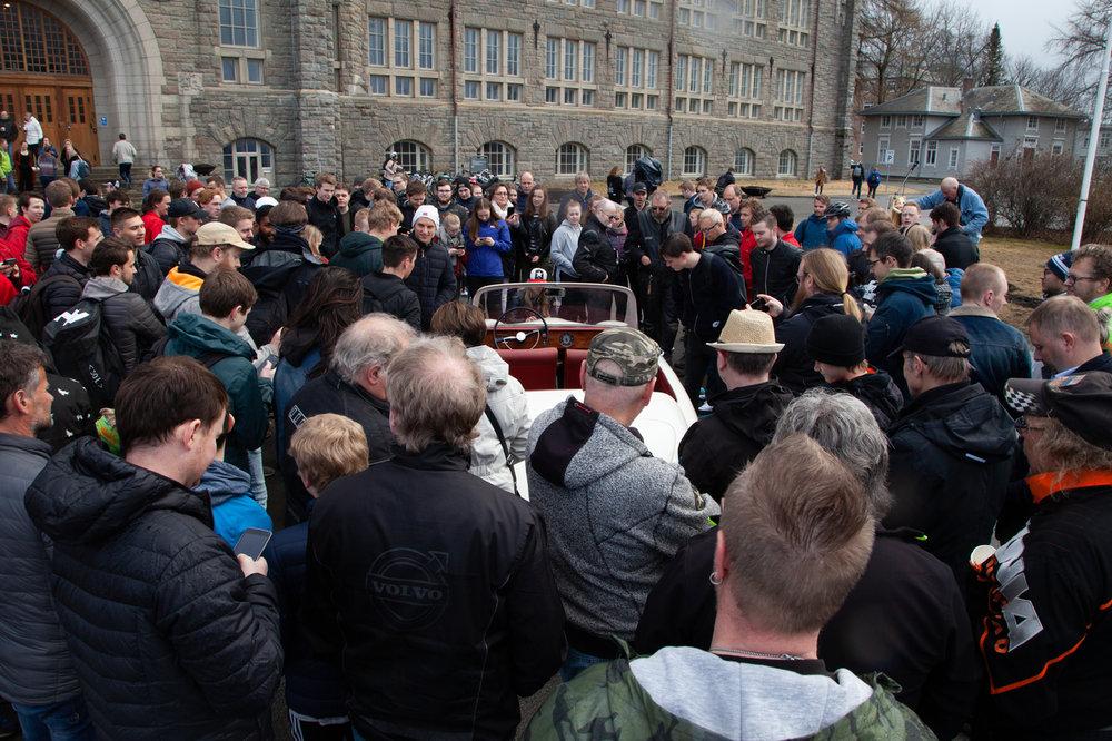Folk beskuuer bilen Foto Mediacom AF Smørekoppe.jpg