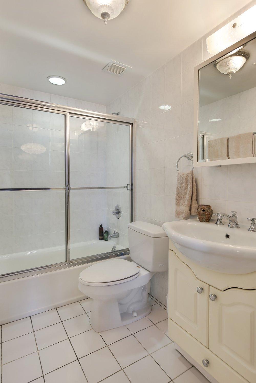 7_39211thStreet_3a_8_Bathroom_HiRes.jpg