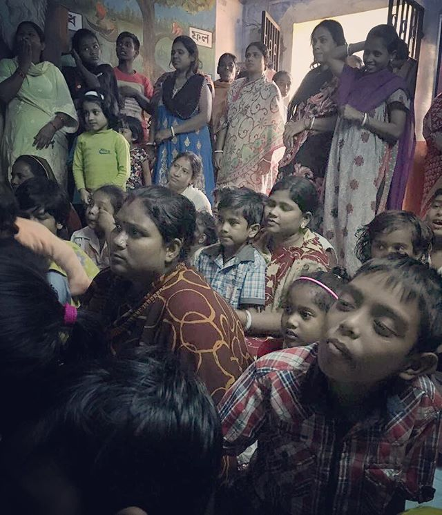 And the crowd is here! So many local women in our audience!! ❤️ . . . #JAPF3 #Guerilla #PublicArt #VisualCulture #Education #Festival #Kolkata #India #Photography #NewAudience #NewMedia #LocalCommunities