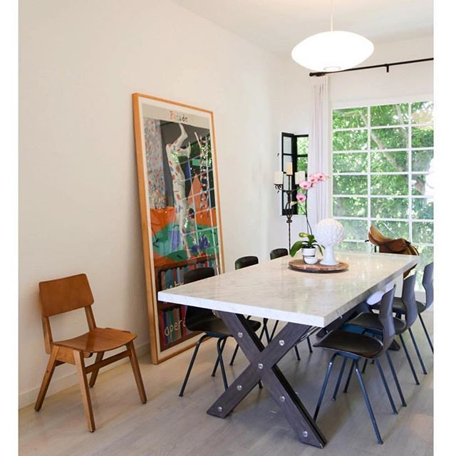 Kitchen nook we designed with this stunning marble table find  alongside an old friend, David Hockney. Also, yes we have a love affair with chairs, and these in particular from @amsterdammodern #interiors #interiordesigner #artlover #hockney #davidhockney #amsterdammodern #eclecticdecor #midcenturyfurniture