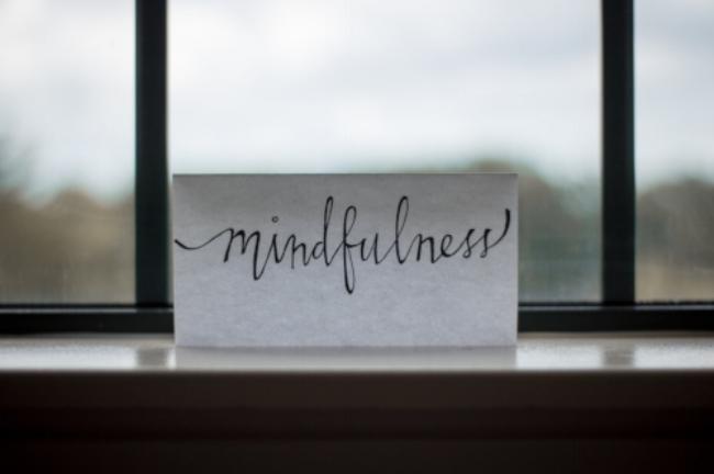 Achte auf Deine Atmung und Deine Gedanken. Übe Dich in Achtsamkeit.