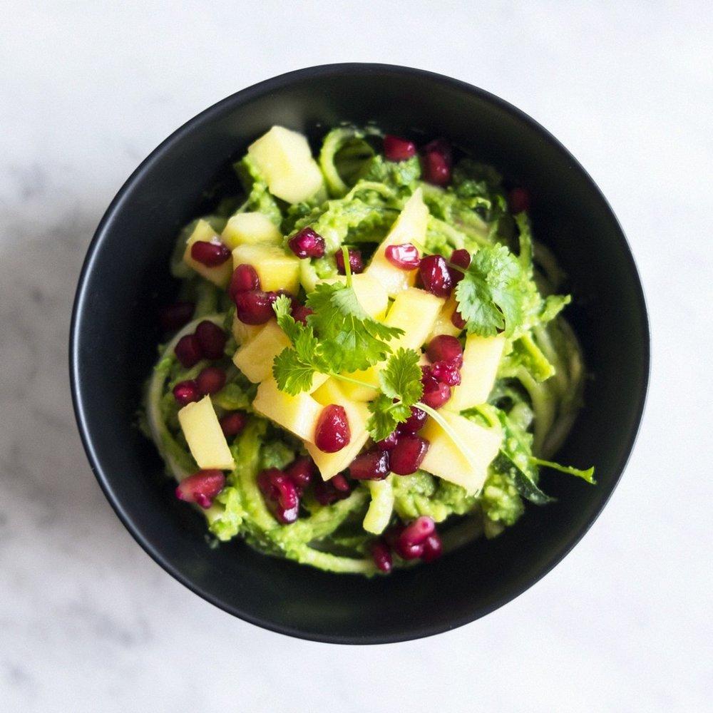 zucchininudlar+ärtpest+granatäpplen+koriander+recept