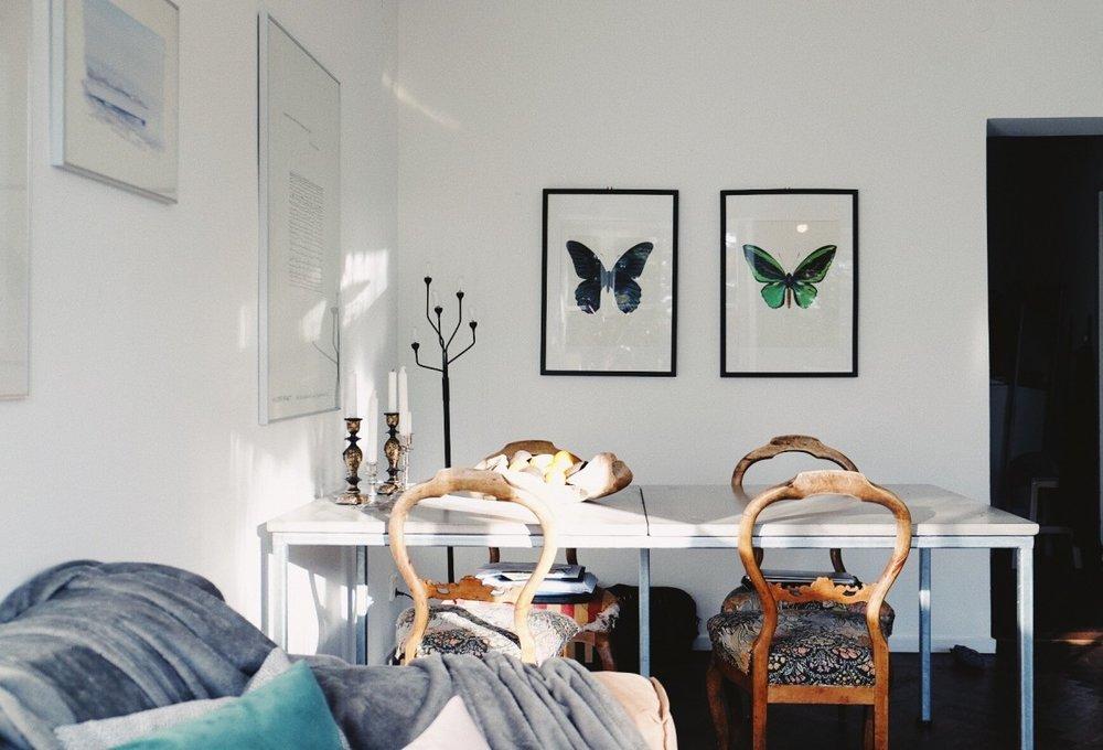 vardagsrumsinredning+tavlor+betonbord+trästolar+soffa