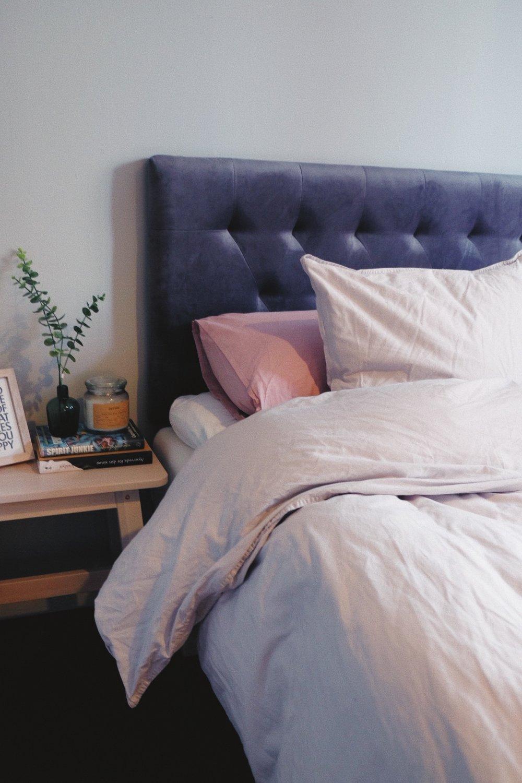 sänggavel ellos bella grå sammet sovrum inredning