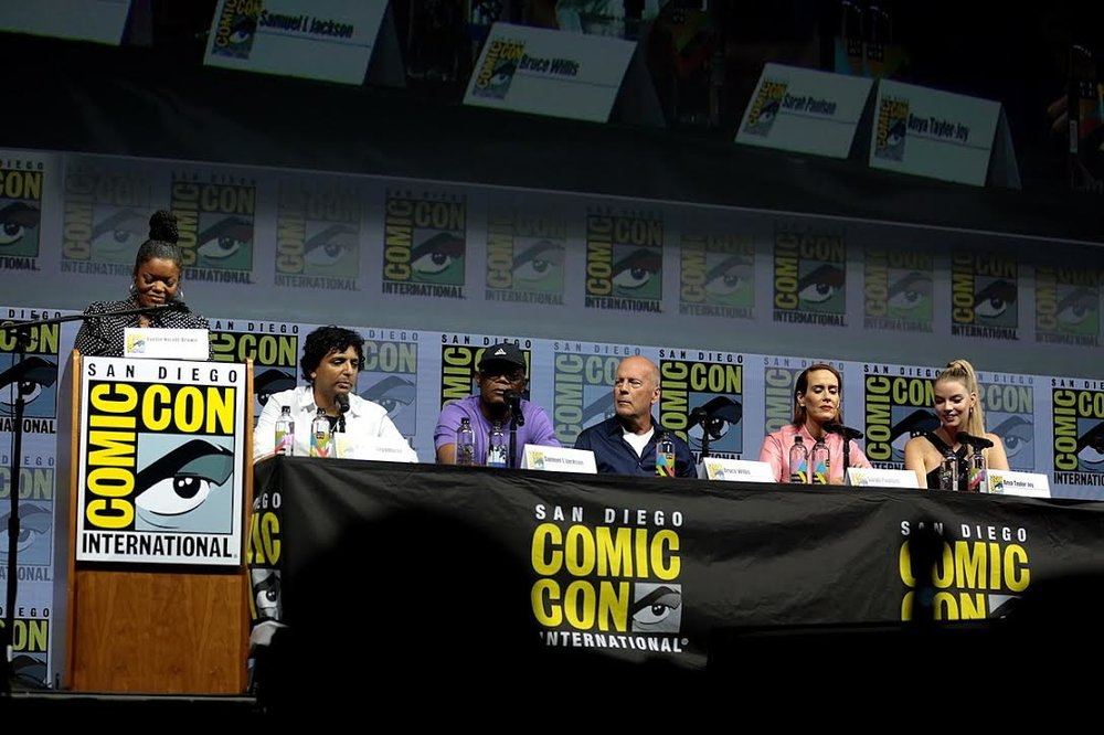 Host Yvette Nicole-Brown leading a Comic-Con panel with the cast and crew of Glass: Writer/director M. Night Shyamalan and stars Samuel L. Jackson, Bruce Willis, Sarah Paulson, and Anya Taylor-Joy. Photo courtesy of Wikimedia Commons.