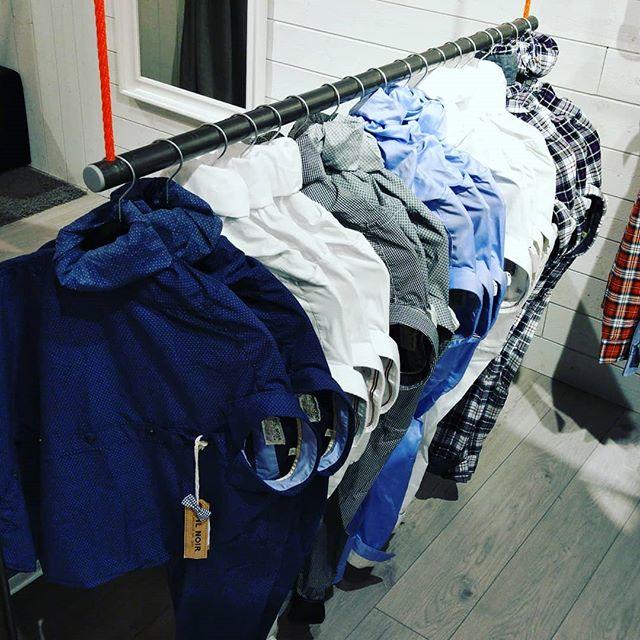 Sobres et efficaces, les chemises Fil Noir ne laisseront personne indifférent. -- -- #Communitees #conceptstore #fashion #casual #multibrand #filnoir #shirts #geneve #lausanne #Montreux #Pepejeans #Superdry #Tommyjeans #Jott #abercrombie #hollister #picoftheday @outletaubonne