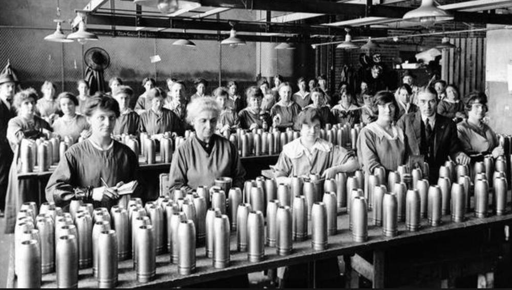 La pénurie de main-d'œuvre tant dans les usines que dans les fermes est réglée grâce à l'embauche de femmes. Elles font fonctionner des machines, cousent des uniformes et dirigent des exploitations agricoles..