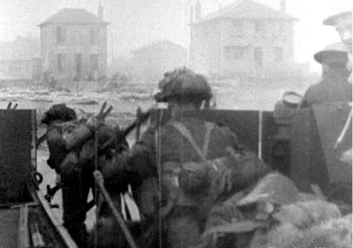 Le jour J, 14 000 Canadiens débarquent sur la plage Juno. Le 6 juin, 1944