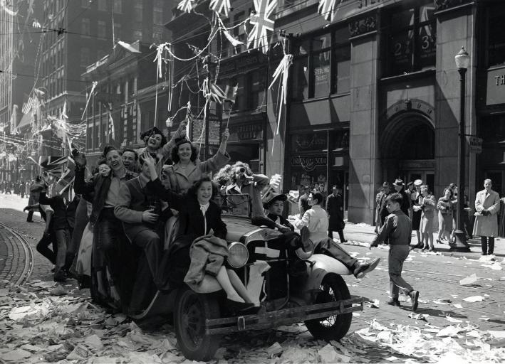 Mai 1945. Le Canada tout entier semble entraîné dans une gigantesque fête populaire. Rue Bay,Toronto.