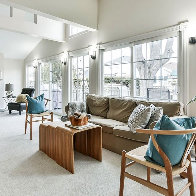 Lots of natural light in this family room! Listed by @susan_gucci 📸 by @studiogta_realestatemedia