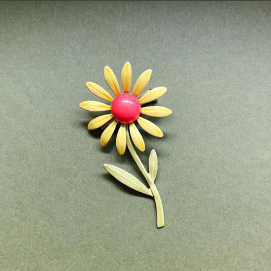60s mod flower pin.jpg