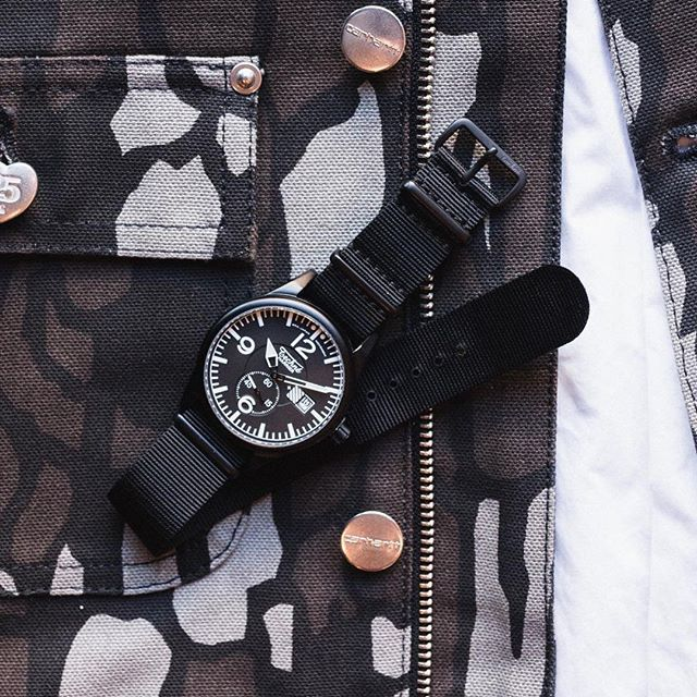 Mandatory accessory of the urbaneer: the Harrier aluminium watch by Techné on a nylon 6 strap with matching hardware. Precision quartz movement, luminous hands and marks. Water-resistant to 5 bar.⠀ ⠀ #watches #watchfam #timepiece #watchnerd #reloj #orologio #montres #watchdaily #orologi #uhren #watchesformen #wwc #ablogtowatch #wristwatchcheck #microbrand #theurbangentry #montreshomme #mensfashion #menswear #menstyle #streetfashion #gq #menwithstyle #casualstyle #ootdmen #bomberjacket #relojes #menslifestyle #exploringtime #technewatches