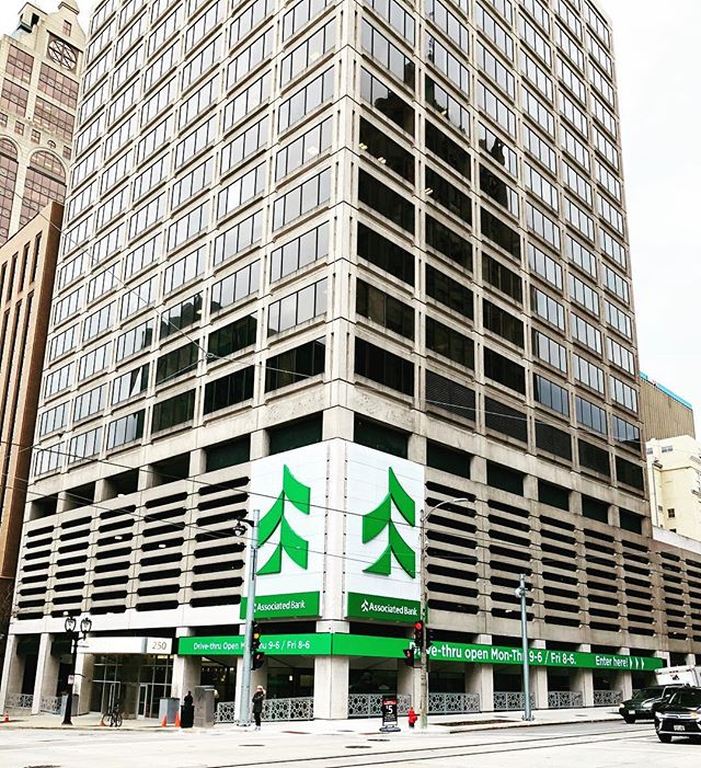 Two-Fifty E Wisconsin is more recognizable thanks to the recently completed exterior Associated Bank signage. #twofifty #milwaukee #associatedbank #wisconsinavenue #milwaukee #realestate #noelrea #office
