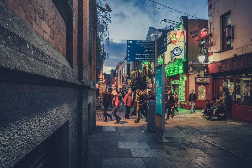 Dublin. Dublin city. street photography. ireland. travel. travel photography. photowalk. walking. people. street. art. on the street. temple bar street.jpg