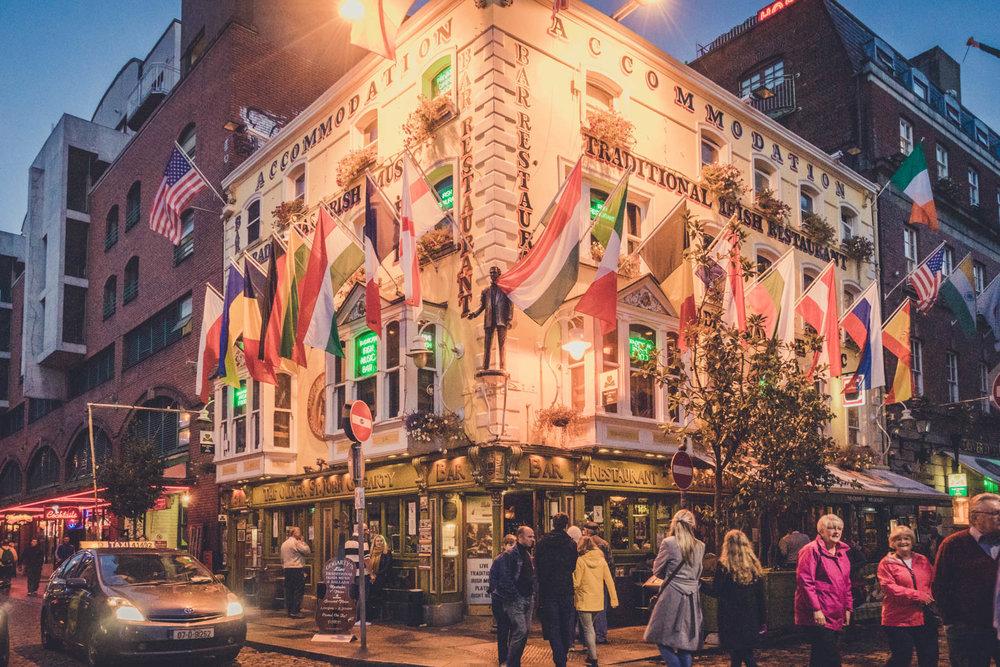 Dublin. Dublin city. street photography. ireland. travel. travel photography. photowalk. walking. people. street. art. on the street. temple bar pub.jpg