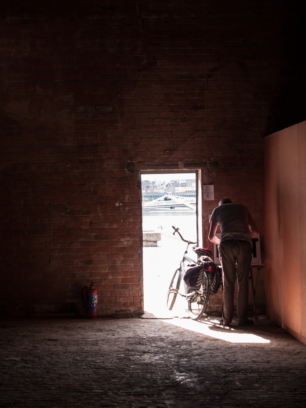 Dublin. Dublin city. street photography. ireland. travel. travel photography. photowalk. walking. people. street. art. on the street. packing the bike.jpg