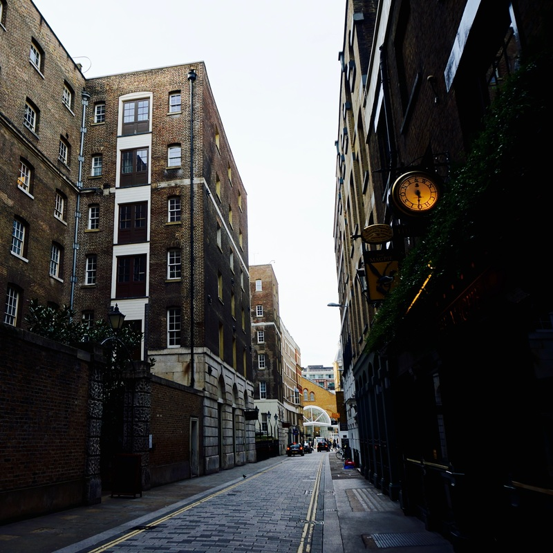 New Street  Previously know as Hand Alley, Dofoe's  History of the Plague says, 'the upper end of Hand Alley in Bishopsgate Street was then a green field, and was taken in particularly for Bishopsgate parish, though many of the carts out of the city also brough their death thither also'.