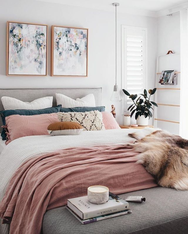 Doesn't this room just make you want to curl up for a Sunday afternoon nap? I really love the colors in this space - it's very cheery but also very clean and fresh.