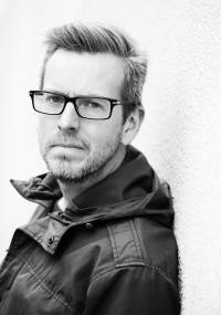 Mattias Hagberg - Mattias Hagberg, född 1975, är kulturjournalist och författare. Syndavittnet är hans tredje roman. Tillsammans med Martin Engberg är han den drivande kraften bakom GBG Romanfestival.