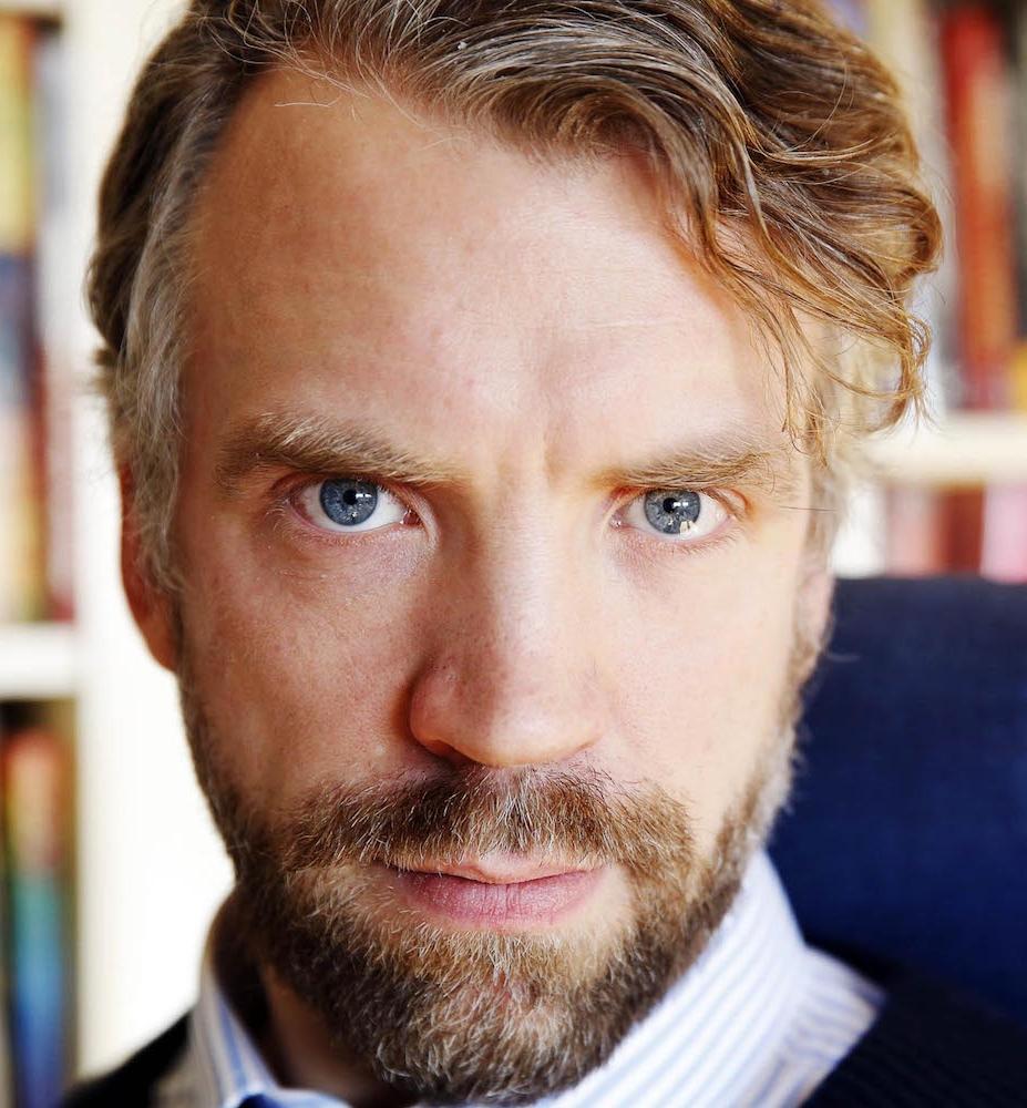 Alexander Skantze - Alexander Skantze är född 1972 och uppväxt i Karlskrona. Sedan debuten med Grattis Gud1993 har han ägnat sig åt berättande i olika former. Han har skrivit romaner och litteraturkritik, och när han inte skrivit så har han arbetat som journalist, filmdramaturg samt lärare i manus och konstnärlig självreflektion vid Stockholms Dramatiska Högskola.