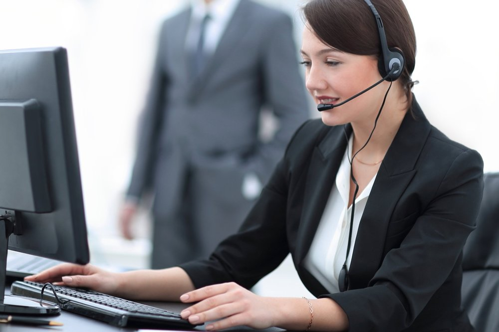 082463253-smiling-female-customer-suppor.jpeg
