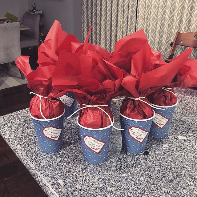 Our friend @jillarbini got creative with the Holiday Tag cups - creating unique gifts for all the kiddos teachers. Now we get to guess what's inside? 🎁 #spreadcheer