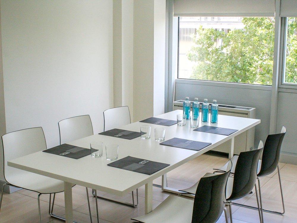 Salas de reuniones para diferentes capacidades - - Salas de 2 a 4 personas- Salas de hasta 6 personas- Sala de juntas de hasta 14 personas.