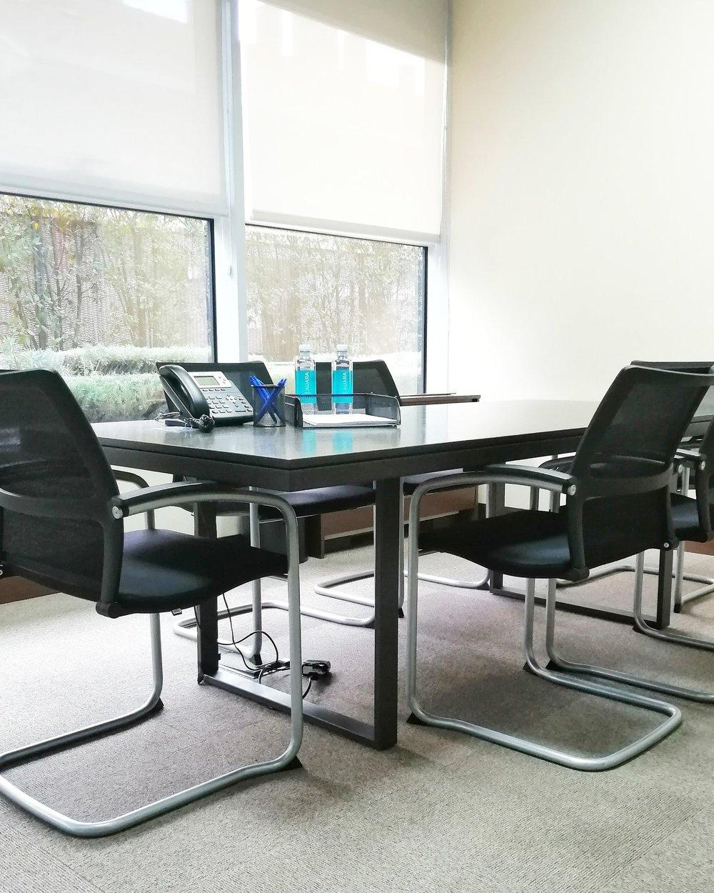 SALAS DEREUNIONES - —Ofrece la mejor imagen ante tus clientes utilizando nuestras salas totalmente equipadas para diferentes capacidades.DESDE 25€/HORA