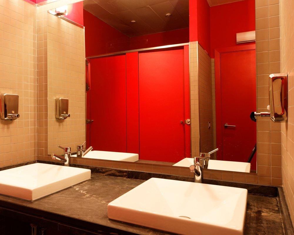 Aseos - Cada planta del edificio cuenta con aseos limpios y equipados para hombres y mujeres.Ver galería >