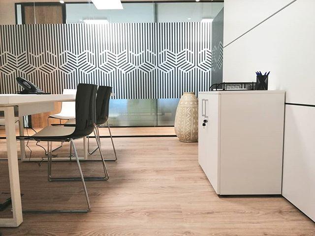 Hoy os mostramos otro de los rincones favoritos 💙 de reciente creación en nuestro workspaces.  Una sala de reuniones 💻 para 6 personas ubicada en el núcleo de trabajo de 14 despachos. ¿Qué os parece? . . #business #bahíaspace #centrodenegocios #saladereuniones #madrid #negocios #businesscenter #coworking #coworkingmadrid #diseño #design #workspace