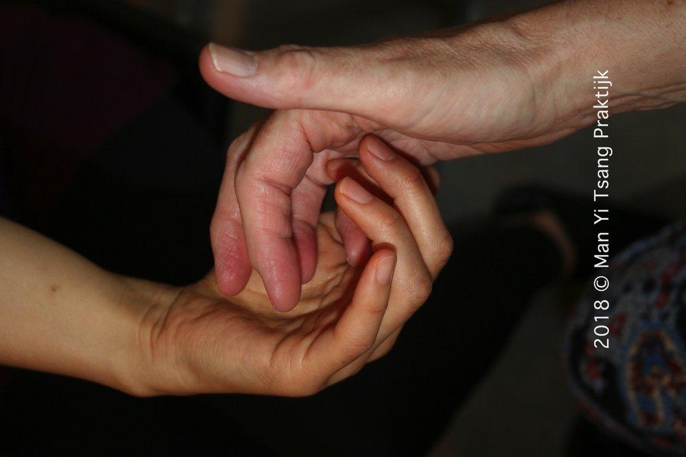 Danstherapie Vingers Contact 4-min.jpg