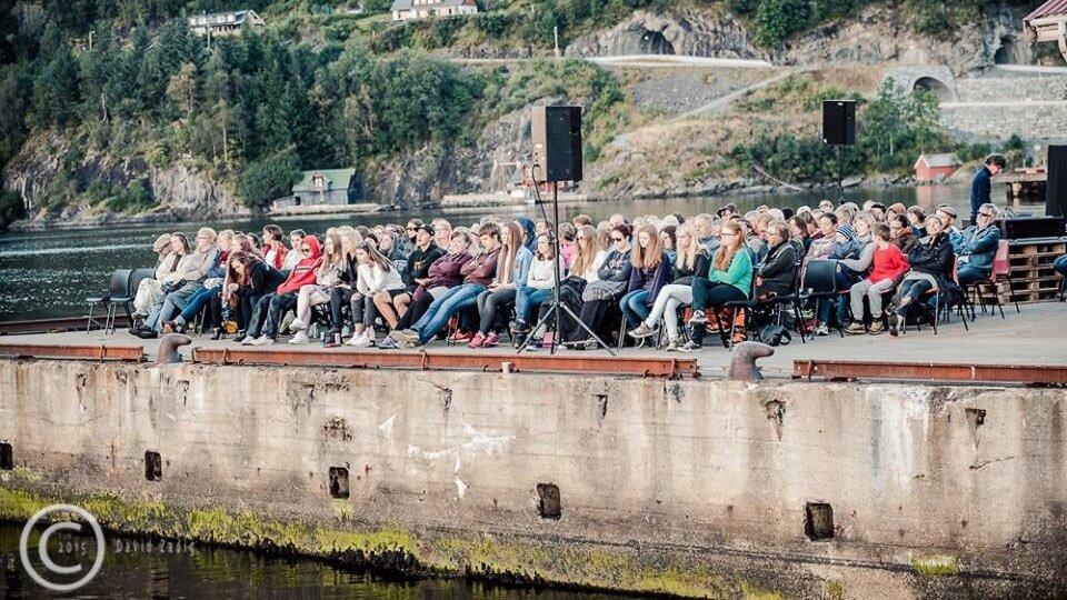 publikum-på-kaia-fjaler.jpg