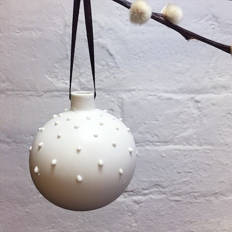I hope you've all had a very Merry Christmas (maybe with some of my baubles on your tree!)🎄 and enjoy celebrating tonight! ⠀⠀ 📸: Another great picture taken by the lovely @jokeoghceramics from @theclayroomleicester @makersyard ⠀⠀ #ceramics #clay #pottery #stoneware #porcelain #ceramicbaubles #handmadechristmas #handmadepottery #handmadeintheuk #madeinbritain #slowliving_create #handmadeisbetter #homedecor #contemporarycraft #contemporaryceramics #modernmaker #makersgonnamake #createmakeshare #ceramicsaretrending #cremerging #dmucraft #ceramicsmagazine #glazemagazine #potterylove #potteryforall #etsyseller #etsyfinds #etsyshop #craftsposure @craftsposure