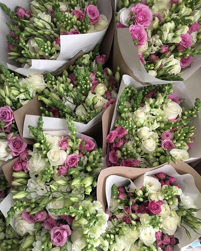 Mensajes de amor + flores = felicidad TOTAL. Gracias  a todos nuestros clientes por dejarnos echarles flores a sus mamás, esposas, abuelas, hermanas e hijas.  Con sus palabras cumplimos nuestro cometido: Alegrar a cada corazón 💛😃 Tu pedido va en camino. 🚙🌸🌸🌸🌸 #lasfloresmaslindas #10mayo #echalefloresatuma