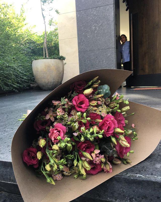 Las flores mas lindas a la puerta de tu casa!!! Pide tu ramo 🚙💐✨ #lasfloresmaslindasenlapuertadetucasa 😉