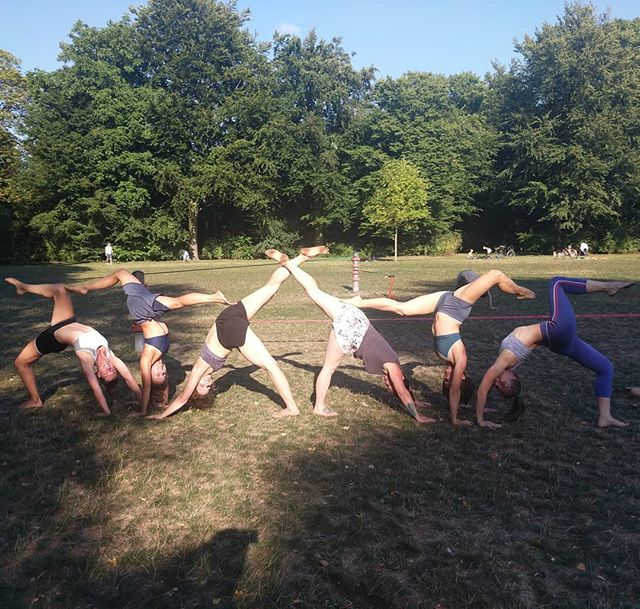 What a great way to spend a Sunday 😍 Women's training in the park with our #AruanDamen . #capoeira #capoeiraaruanda #capoeiragirls #capoeirafeminina #capoeirafamily #capoeirahamburg #capoeiratraining #fitnesshamburg #fitgirls #sportverein #sporthamburg #stadtparkhamburg