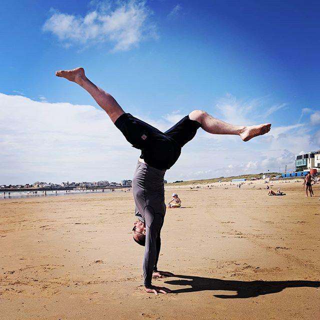Make the most of this beautiful weather! This summer, train and sweat with us @diehallehamburg  Prof Soldado and alunos will show you how it's done 🤸🏻♂️ . #capoeira #capoeiraaruanda #aruandade #capoeirahamburg #hamburg #diehalle #diehallehamburg #capoeiratraining #fitnesshamburg #sporthamburg #sportverein #capoeiraunterricht #capoeiraclass #handstand #bananeira #beachcapoeira