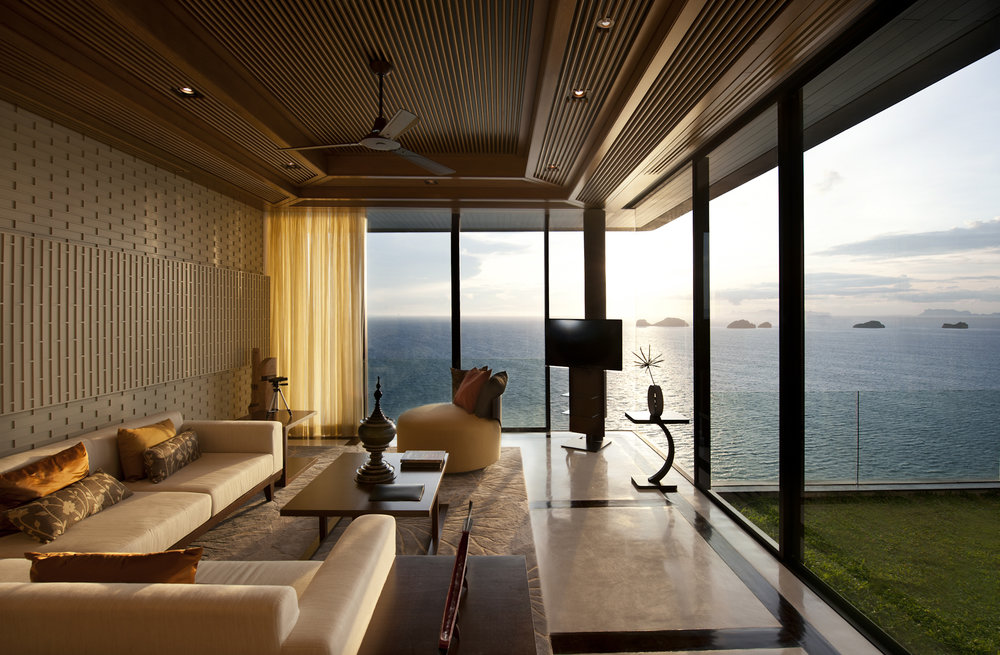 The design team emphasized the clean lines of the architecture and blended them into the interiors, and diminished the boundaries between indoors and outdoors to showcase the uninterrupted panoramic views.